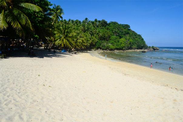 Mapupungko beach: White-sand