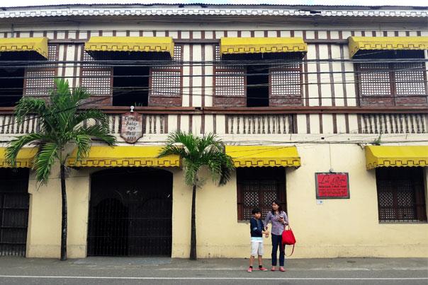 Camiña Balay nga Bato building